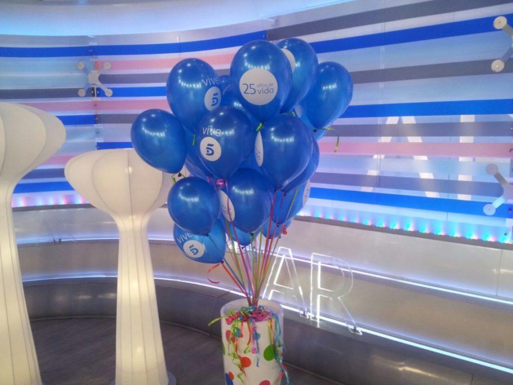 Ramo de globos publicitarios con macetero de colores